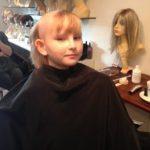 Ung pige får hår for livet hårpåsætning set forfra