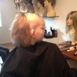 Ung pige får hår for livet hårpåsætning