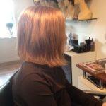 Ung pige får hår for livet hårpåsætning set fra siden