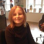 Ung pige får hår for livet hårpåsætning, efter påsætning
