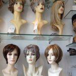 Seks forskellige parykker og toupeer
